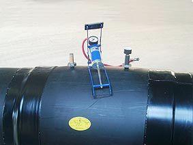 Стык оболочки из ПЭ (полиэтилена) при помощи сварных муфт
